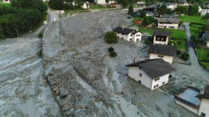 Al menos ocho desaparecidos por un alud que se precipitó sobre un pueblo en los Alpes suizos
