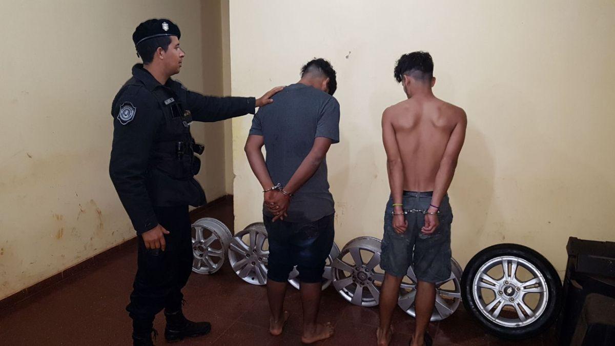 Detuvieron a dos jóvenes que ocultaron llantas en un descampado de Posadas