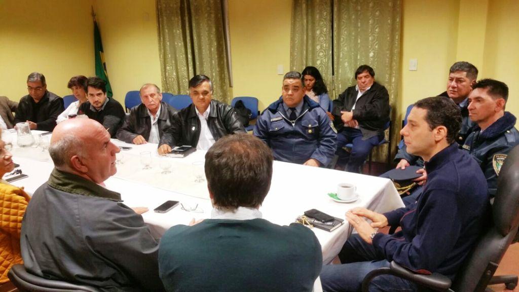 El ministro Pérez se reunió con foros de seguridad y anunció la compra de 50 móviles policiales