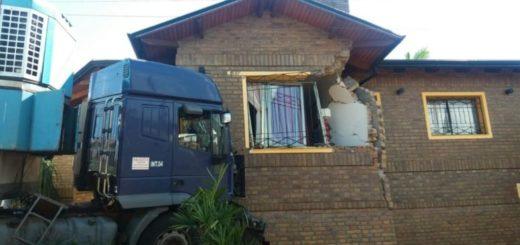 Camión con carne terminó contra el frente de una vivienda en Oberá
