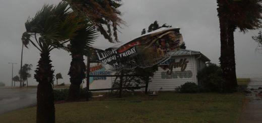 El huracán Harvey perdió intensidad al tocar tierra pero esperan daños catastróficas