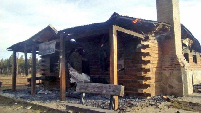 Chubut: Mapuches habrían incendiado una estación del tren La Trochita