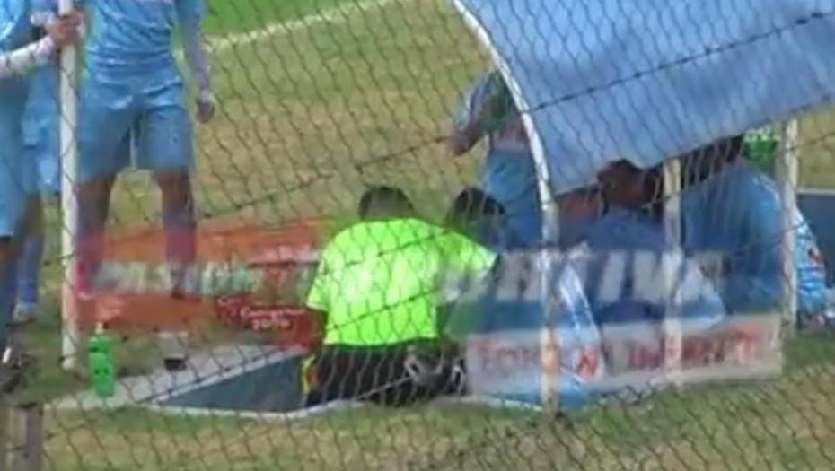 Un árbitro insultó a un chico porque creyó que simulaba