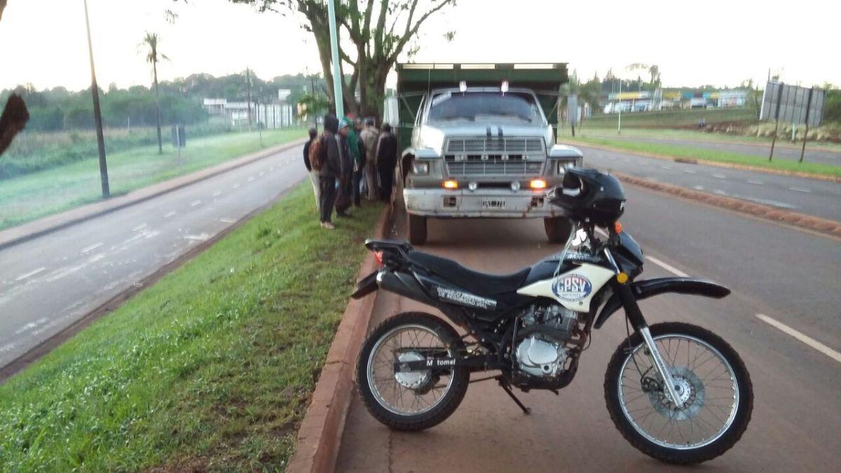 Retienen camión que transportaba imprudentemente a tareferos sobre la ruta provincial 4