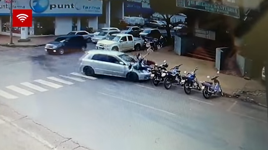 Video: una mujer se asusta y acelera su auto embistiendo a dos personas en Encarnación