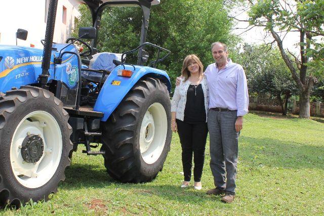 La EBY entregó un tractor a la municipalidad de Santo Pipó