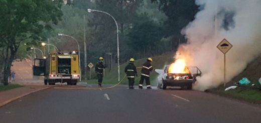 Alem: se le incendió el auto en plena marcha y pudo escapar a tiempo del fuego