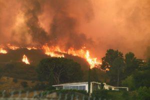 """EEUU: Más de 5 mil hectáreas quemadas y 700 casas evacuadas por el incendio forestal """"más grande de la historia"""" de Los Ángeles"""