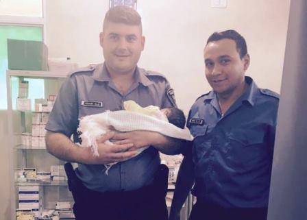 Policías parteros: Agentes asistieron a una mamá  que dio a luz antes de llegar al hospital
