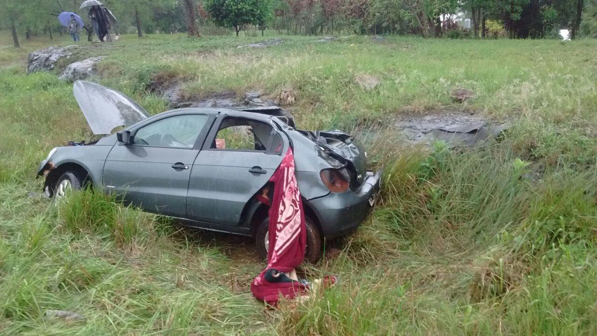 Volcó un auto en Cerro Azul y los ocupantes fueron rescatados inconscientes