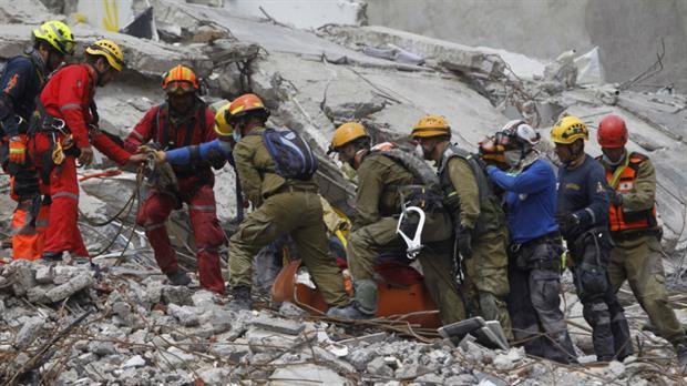 México: su familia le habló durante 50 horas con un megáfono, pero había muerto entre los escombros