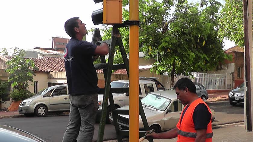 Alertan a peatones y automovilistas sobre los semáforos que no funcionan tras el temporal de los últimos días en Posadas