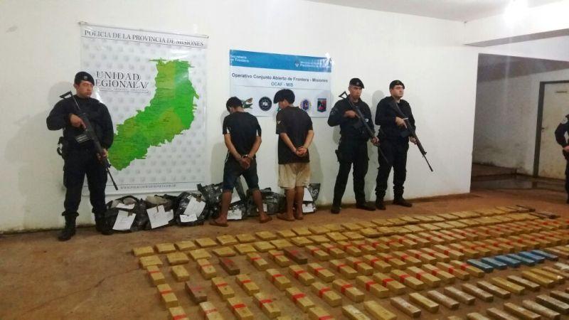 La Policía capturó a dos narcos en Puerto Iguazú con más de 230 panes de marihuana, valuados 3 millones de pesos y un comisario mayor fue baleado