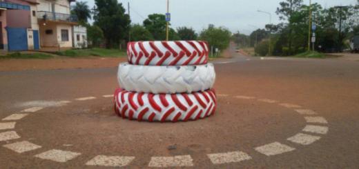 Insólito: Inauguró una rotonda con tres gomas apiladas