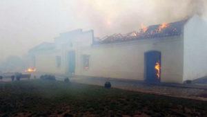 Voraz incendio en San Luis: ardió por completo la réplica de la Casa de Tucumán