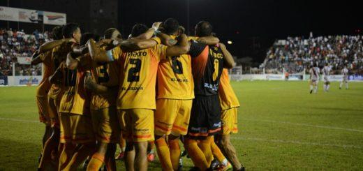 El festejo de los jugadores de Crucero en el vestuario y la dedicatoria a Guaraní