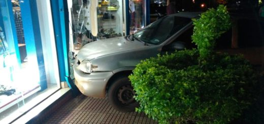 Un auto fuera de control terminó impactando contra un local comercial de San Javier