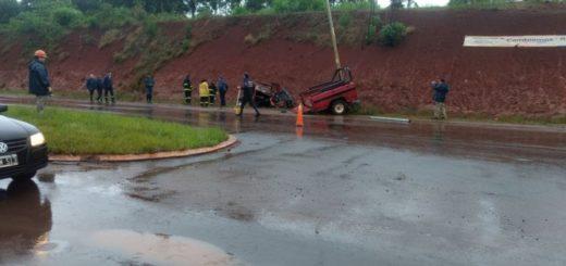 Camioneta terminó destrozada tras un despiste en Oberá: sus ocupantes se salvaron de milagro