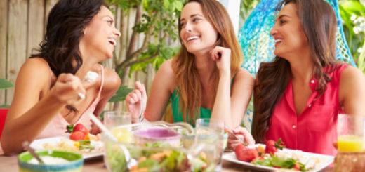Mujeres: ¿Qué necesitan incluir en su alimentación en cada etapa de la vida?