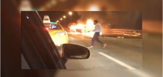 Su auto quedó en llamas con su novia adentro y él se escapó en taxi