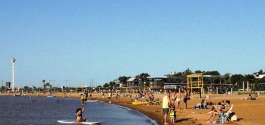 Posadeños disfrutan de la soleada tarde en la playa El Brete