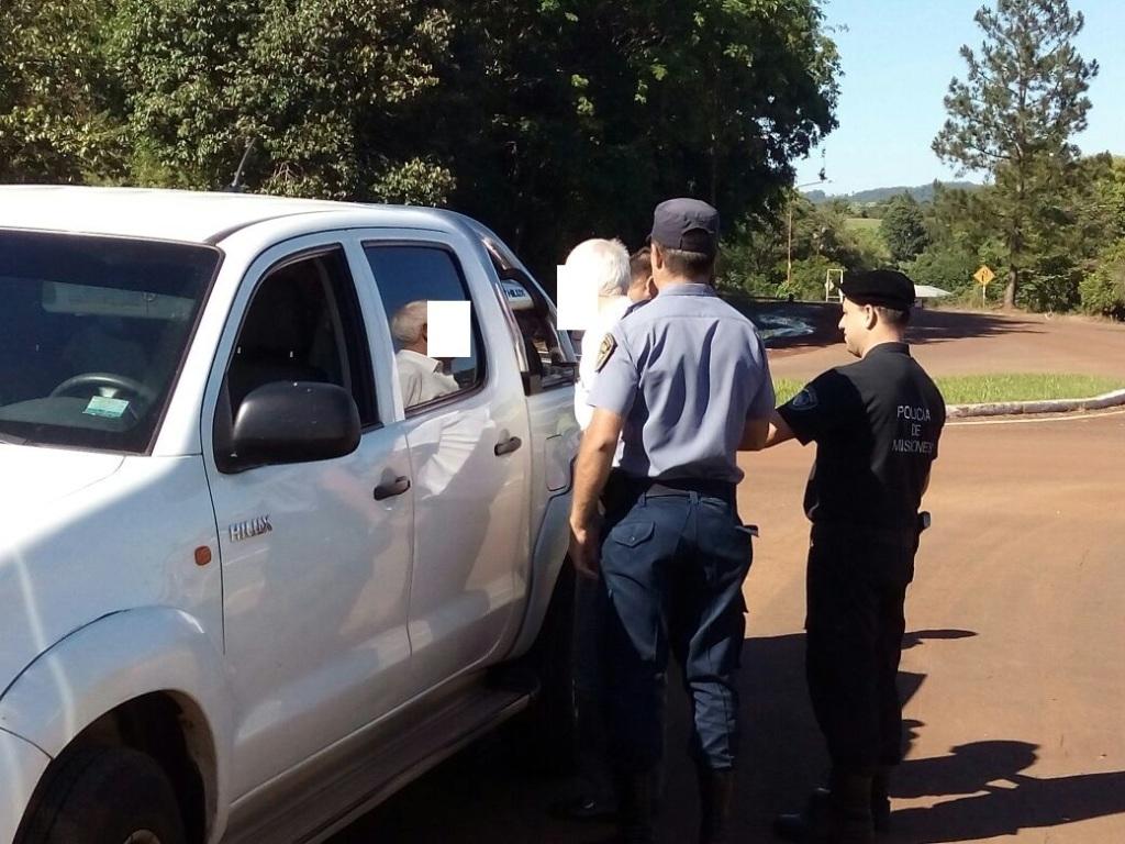 Detuvieron a un hombre por evadir control en Colonia Aurora: casi atropelló a un policía