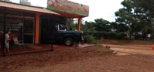 Camioneta fuera de control terminó incrustada contra un comercio en San Vicente