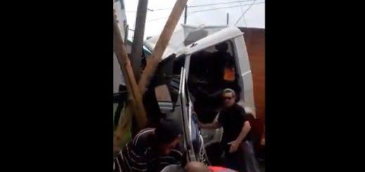 Un camión chocó violentamente contra un poste de luz en Posadas