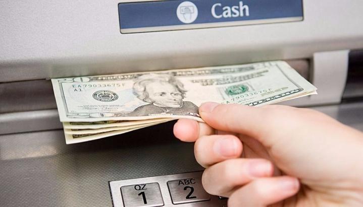 Información para quienes viajan al exterior: Sacar dinero por cajeros puede costar hasta $ 380 por operación
