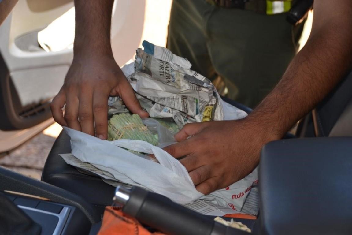 Valijeros en el puente Posadas-Encarnación: frustran el ingreso de una cifra millonaria de pesos escondidos en dos autos