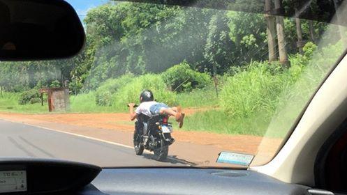 Video increíble: la imprudencia total de un motociclista que conducía acostado sobre la ruta nacional 12