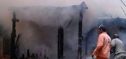 Una familia lo perdió todo por un voraz incendio en Apóstoles