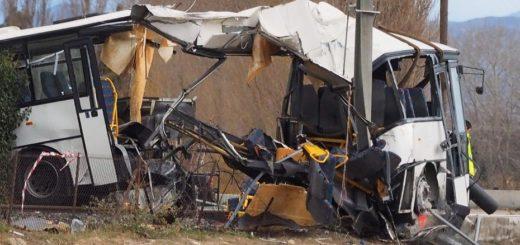 Francia: Un accidente entre un tren y un micro escolar dejó seis menores muertos