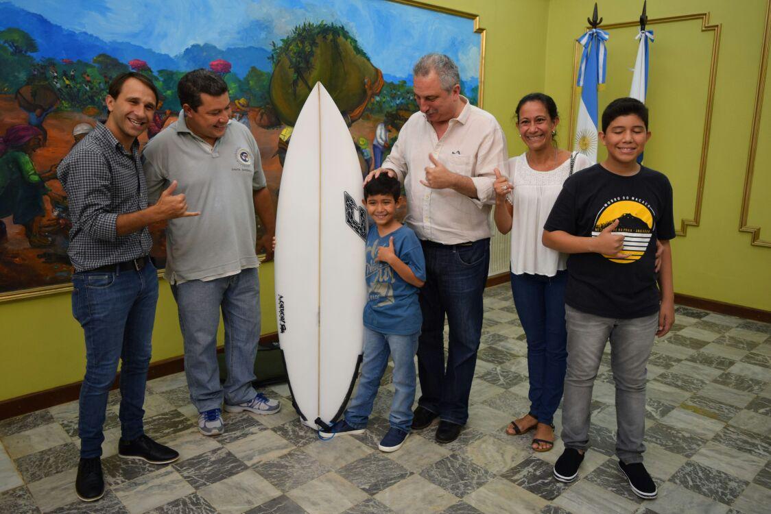 Passalacqua le entregó una tabla «a medida» a joven surfista misionero