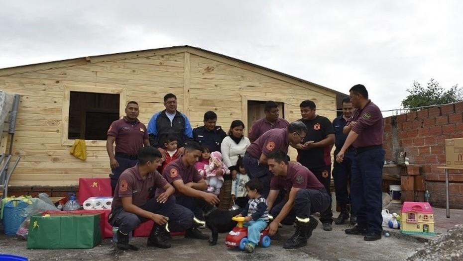 Bomberos «Papá Noel»: 3 hermanitos se quedaron sin casa por un incendio y ellos volvieron el 24 con regalos