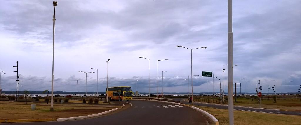 VIVO: la kilométrica fila de autos para cruzar a Encarnación llega a Miguel Lanús