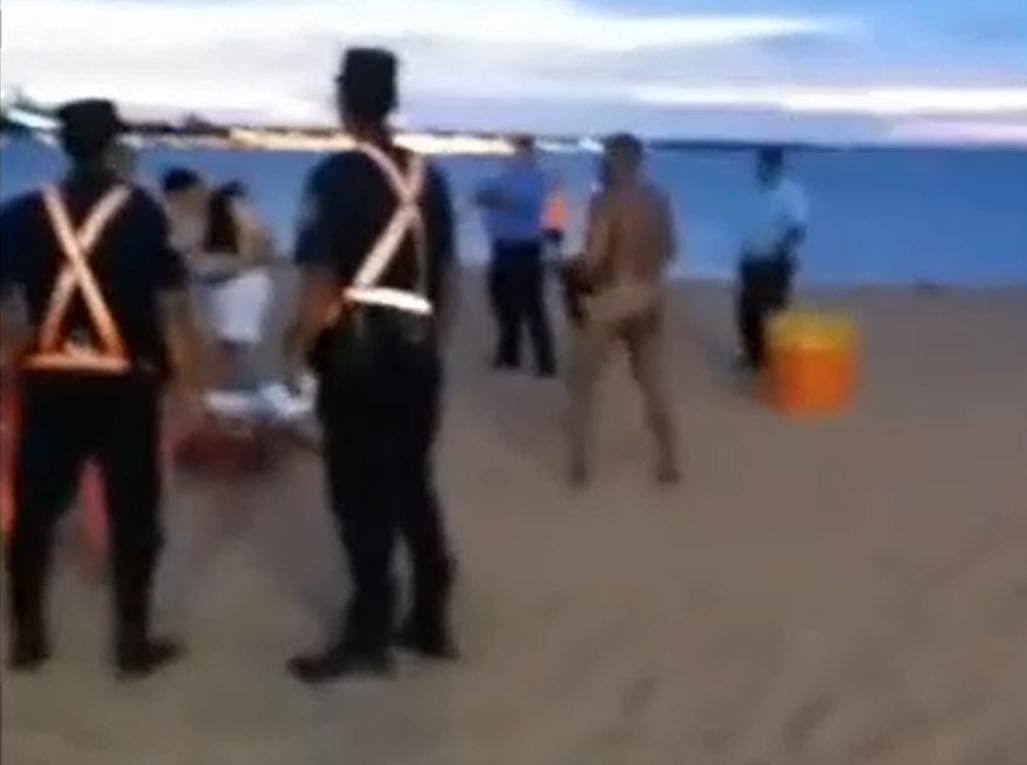 Un hombre se desnudó en plena playa de Encarnación y desató el escándalo