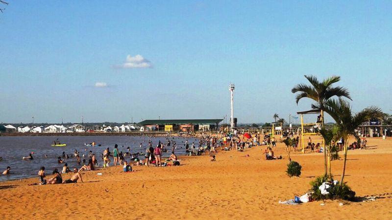 El sábado de intenso calor se disfruta a pleno en la Playa El Brete de Posadas