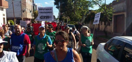 Manifestantes se movilizan a la Cámara de Diputados de Misiones en contra de la Reforma Previsional