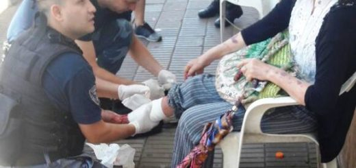 Posadas: policías auxiliaron a una abuela que sufrió una grave lesión en una vereda del microcentro
