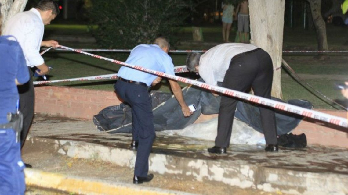 Un joven esperaba a su novia en la plaza y murió al ser alcanzado por un rayo