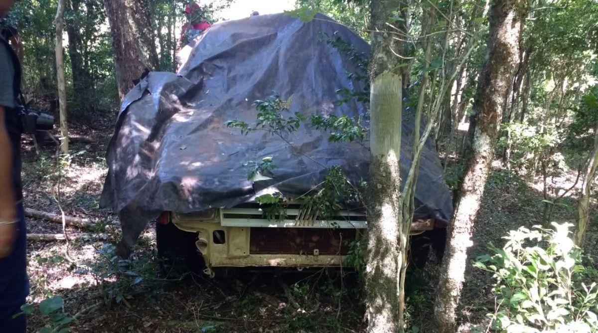Encuentran oculto en un campo el auto que habría chocado y abandonado al ciclista hallado muerto en la ruta 2