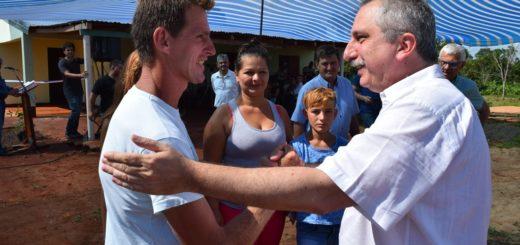 Passalacqua entregó viviendas en Andrade y recorrió obras en Cerro Azul