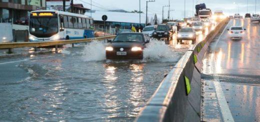 Verano 2018: llueve en Florianópolis, el agua frustra los primeros días de playa de los turistas y los accesos a la isla están cerrados en forma parcial