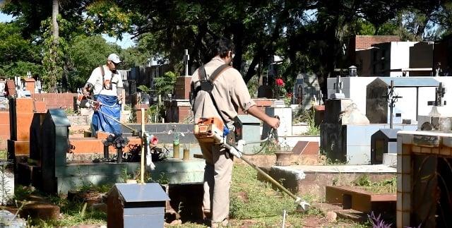 El municipio posadeño realiza un operativo de limpieza en el cementerio La Piedad