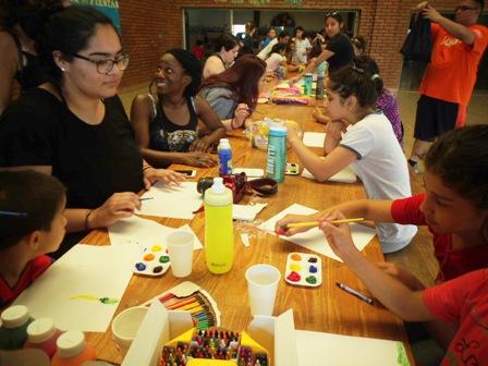 Estudiantes de la Universidad de Illinois visitaron el Hogar de Día y compartieron actividades recreativas