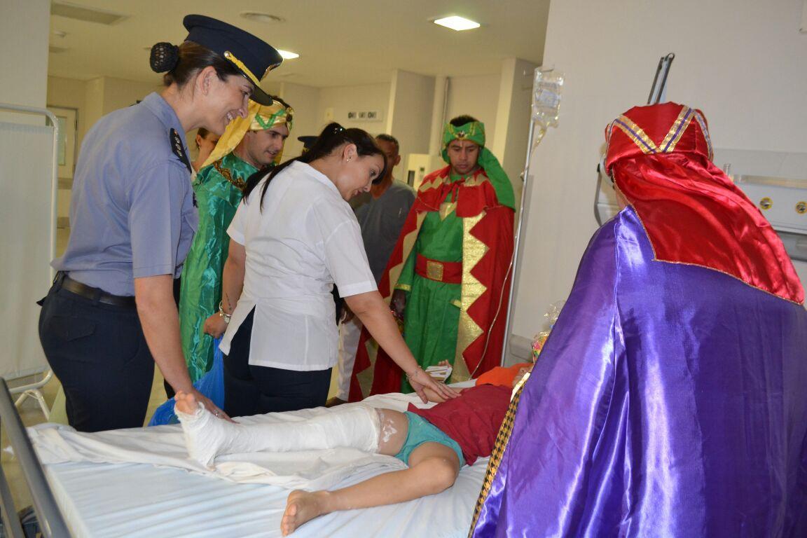 Reyes Magos: la Policía Comunitaria  entregó regalos a los niños internados en Pediatría del hospital Samic