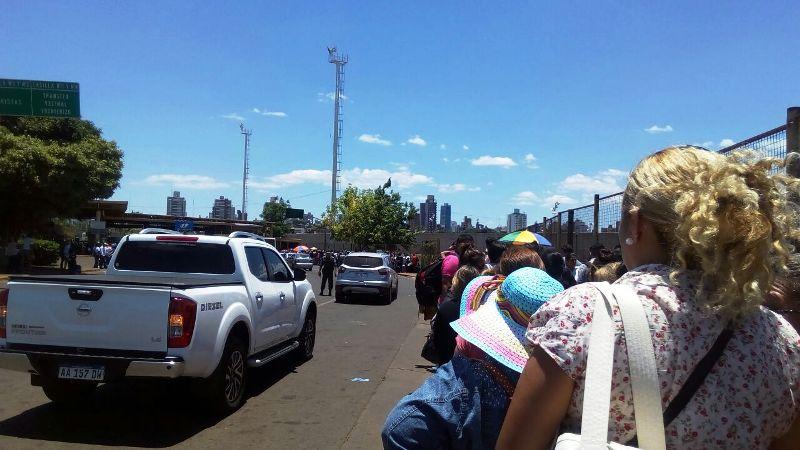 Puente Internacional: se multiplican las quejas por las demoras para llegar a la Aduana argentina y la gente hace cola bajo el sol y el calor agobiante