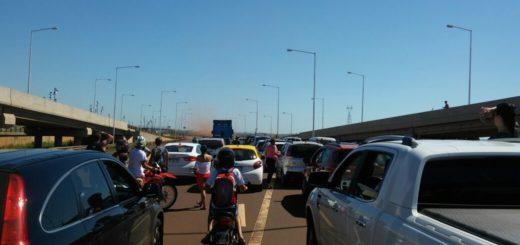 Está cortado el tránsito en el puente internacional San Roque González de Santa Cruz