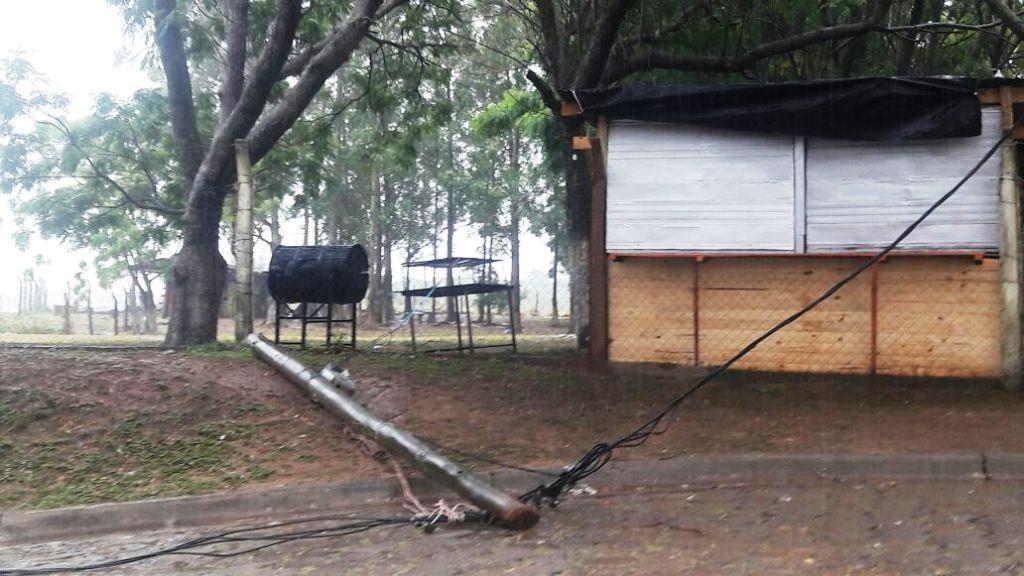 Ituzaingó: bajo una lluvia torrencial y sin luz, son varios los acampantes que eligieron quedarse en el camping municipal